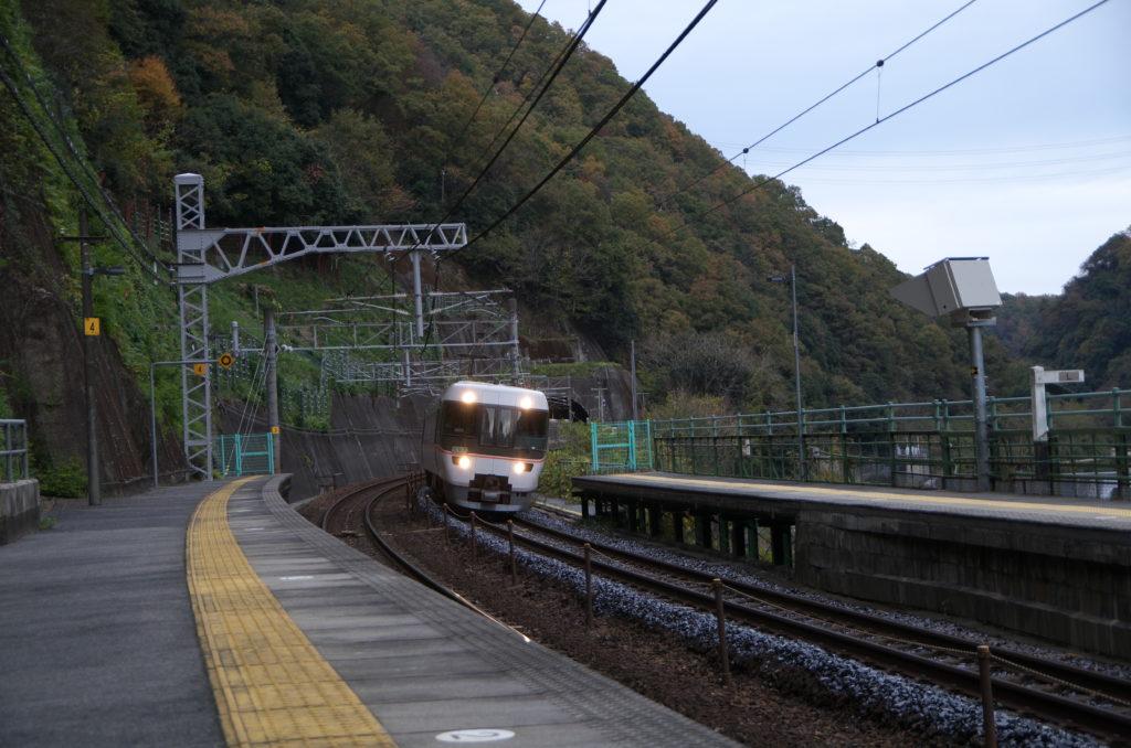 定光寺駅を通過する特急しなの