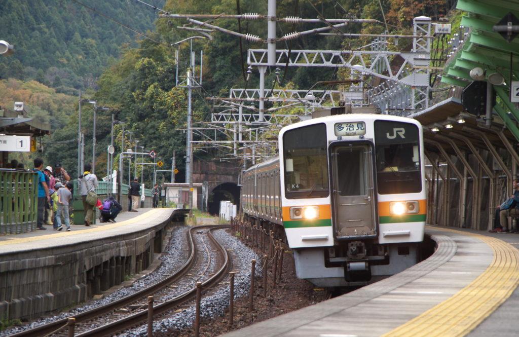 JR定光寺駅を発車する多治見行きの普通列車