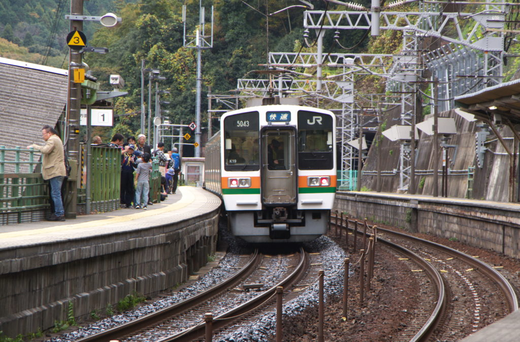 JR定光寺駅を通過する快速列車