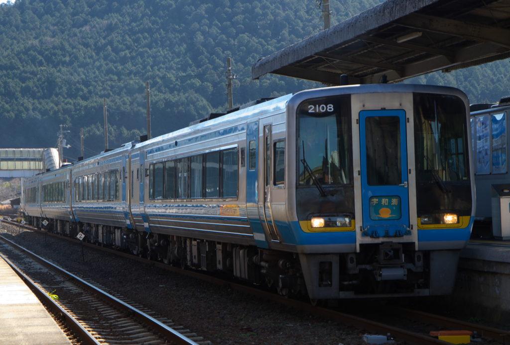 卯之町駅にてJR四国2000系特急宇和海