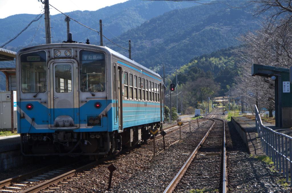 下宇和駅に停車中の宇和島行き普通列車