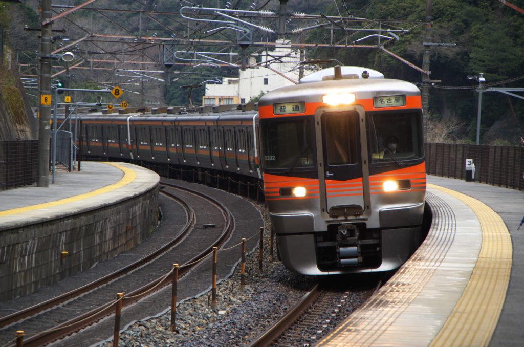 古虎渓駅に入線する313系
