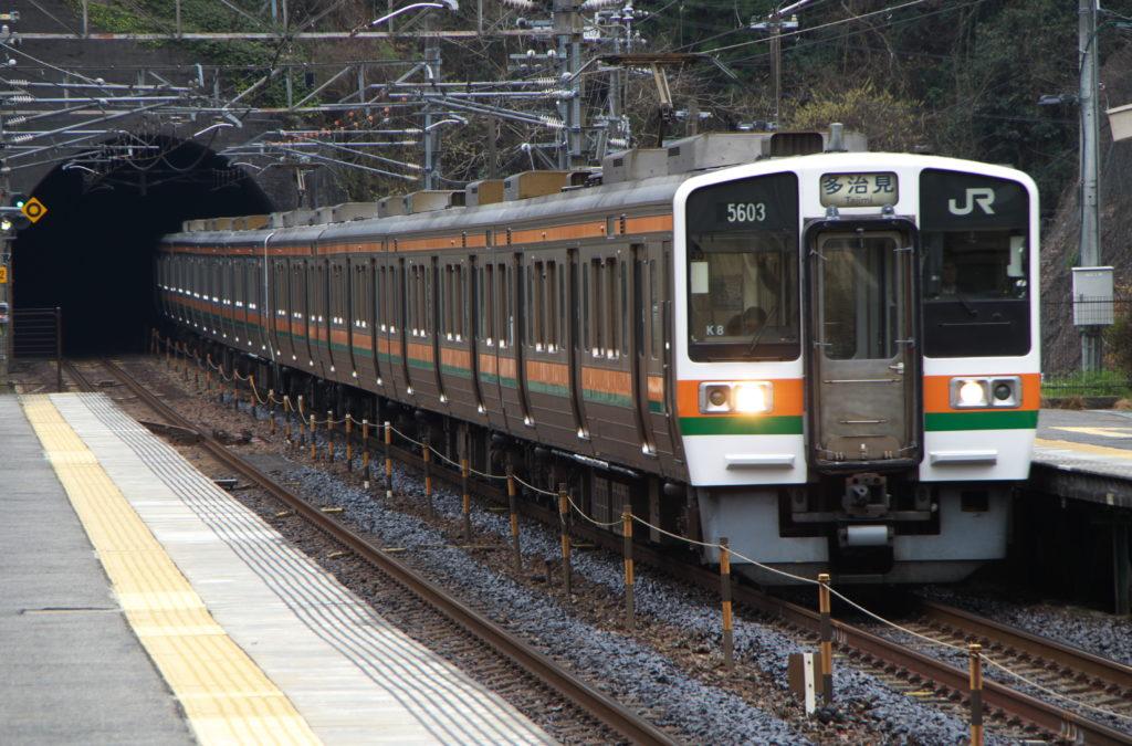 JR古虎渓駅を通過する211系