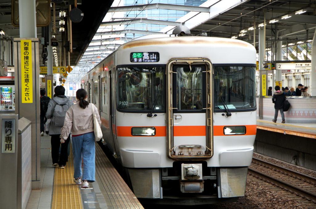 岐阜駅に停車中の高山本線キハ25系
