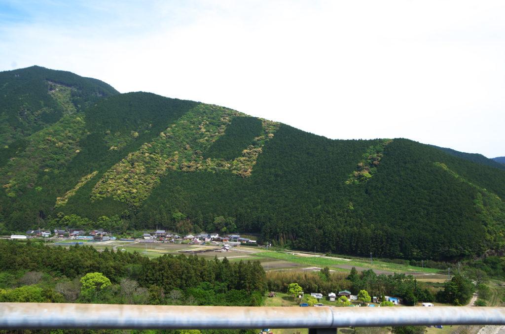 日置川沿いの道路からの景色