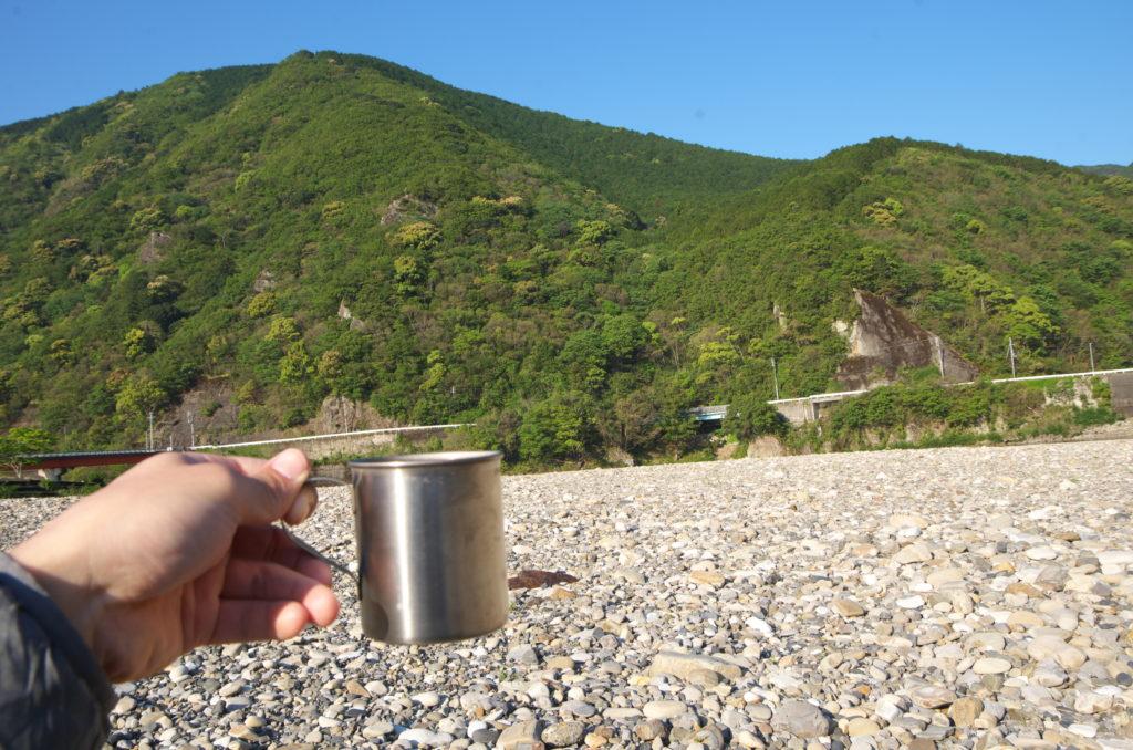 向平キャンプ場の河原にて朝食