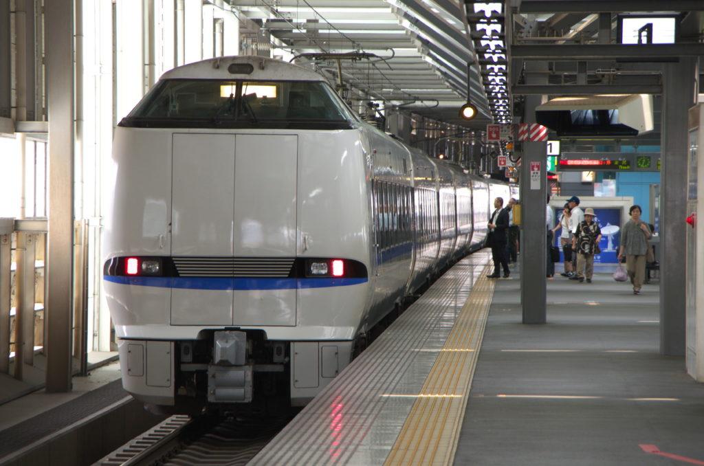 福井駅1番線に停車中のサンダーバード