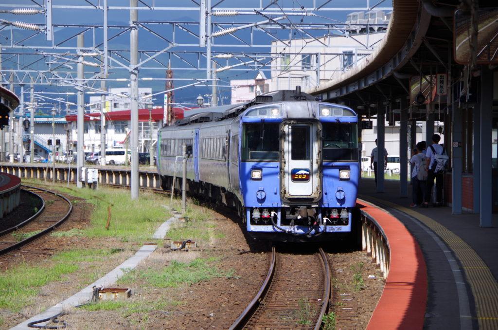 函館駅に入線する特急ニセコ