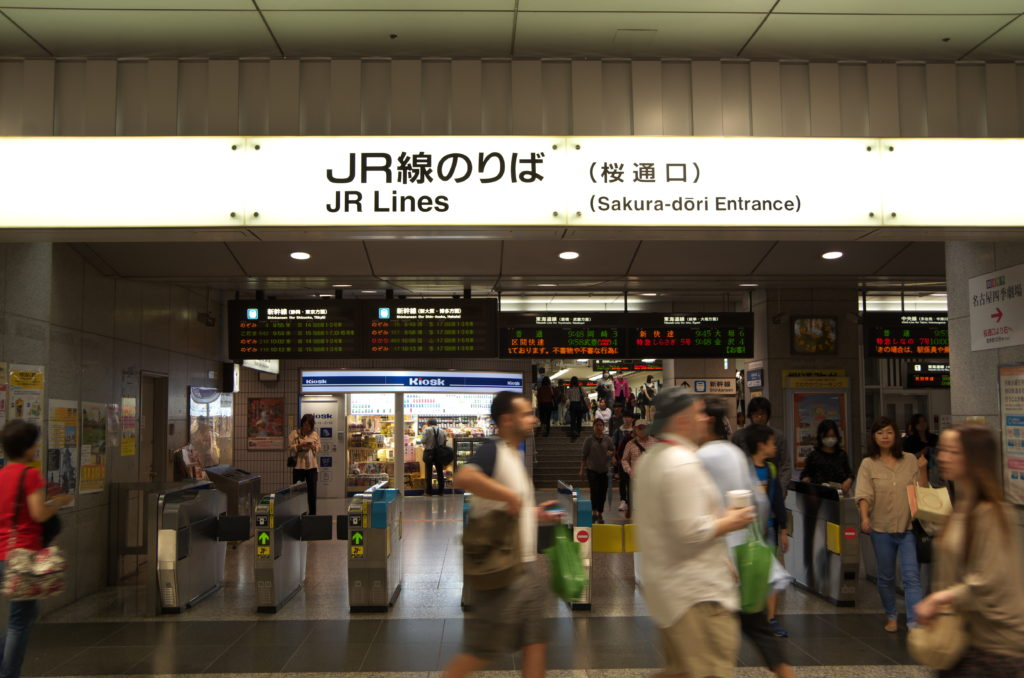 休日朝の名古屋駅JR線のりば(桜通口)
