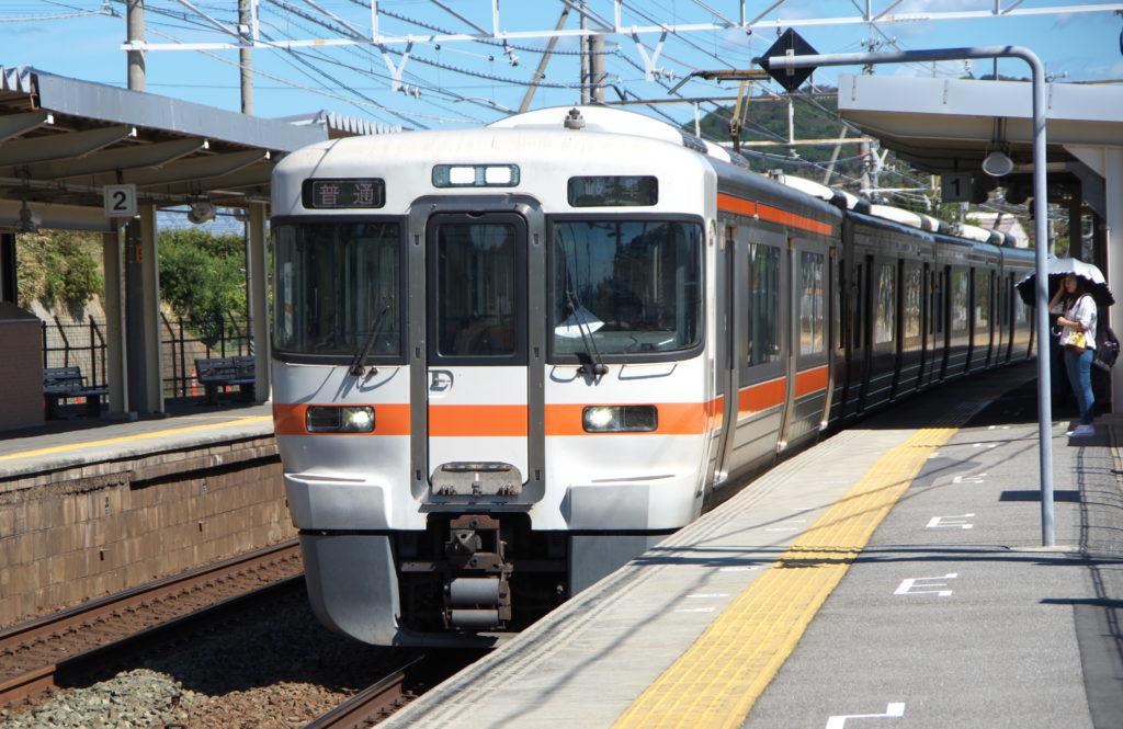 三河大塚駅に停車する岐阜行き普通列車